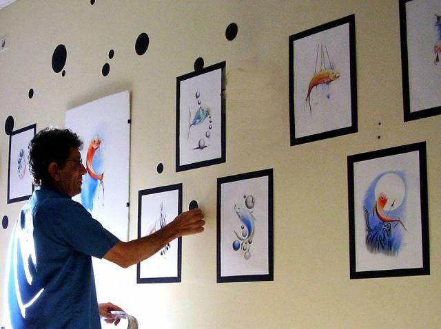 Eduardo preparando al exposición